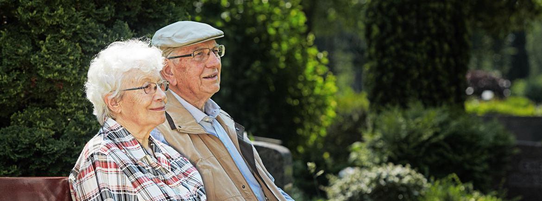Senioren auf der Parkbank